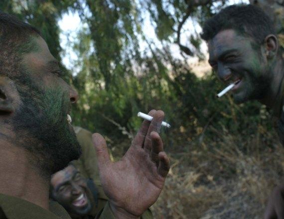 חיילים מעשנים