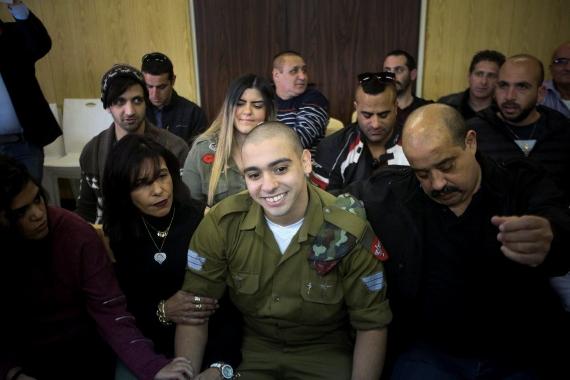 אלאור אזריה עם משפחתו בבית המשפט
