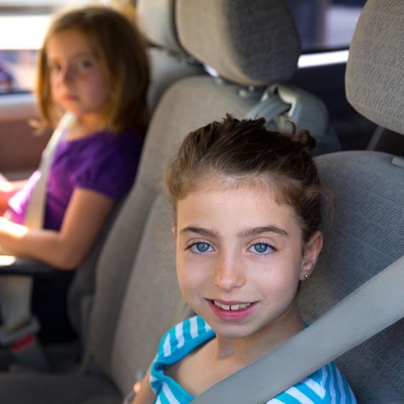 ילדים במכונית