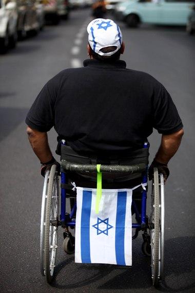 נכה בכיסא גלגלים
