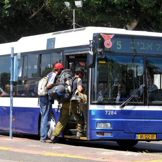 נוסעים בתחבורה ציבורית, למצולמים אין קשר לכתבה