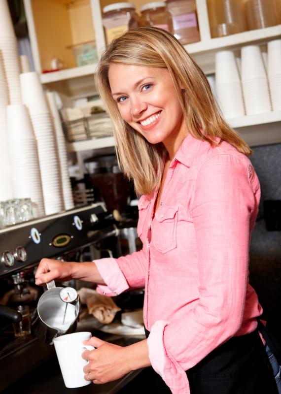 אישה מכינה קפה