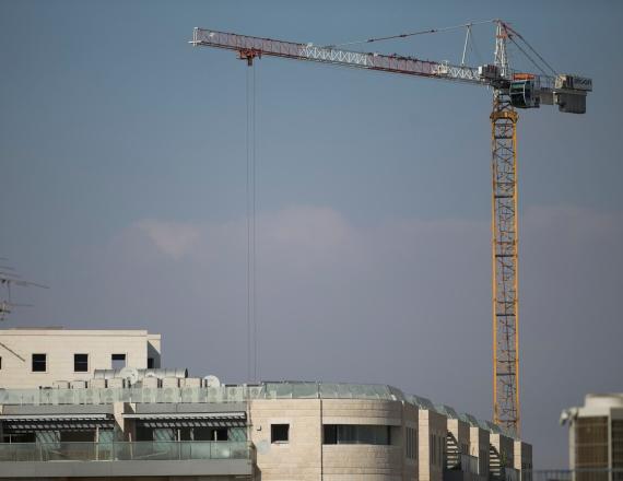 מנוף באתר בנייה