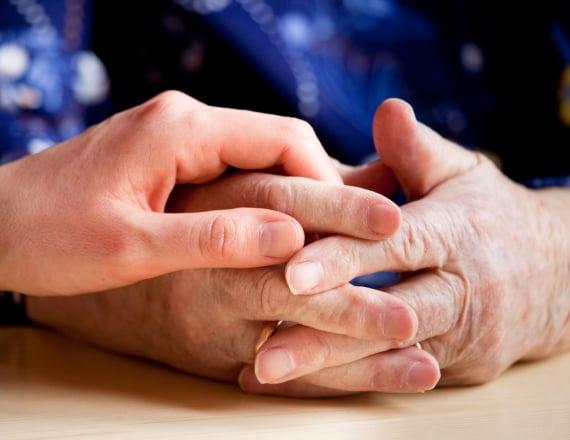 יד מבוגרת ויד צעירה