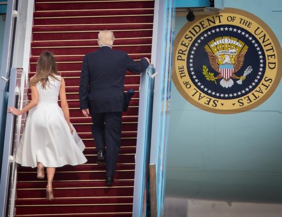 דונלד טראמפ ומלניה עוזבים