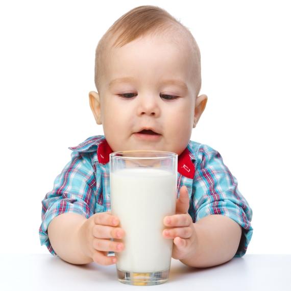 תינוק שותה חלב