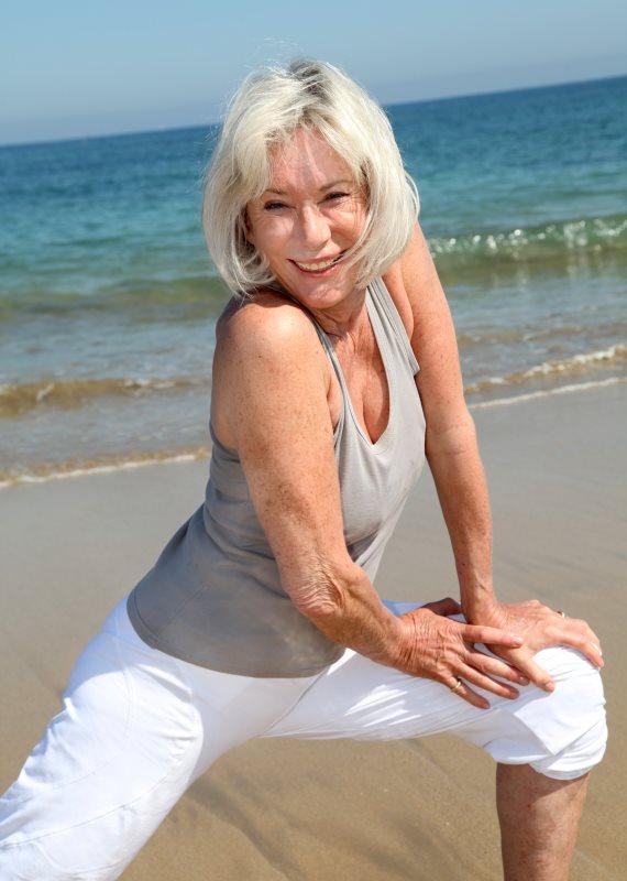 אשה מבוגרת נמתחת