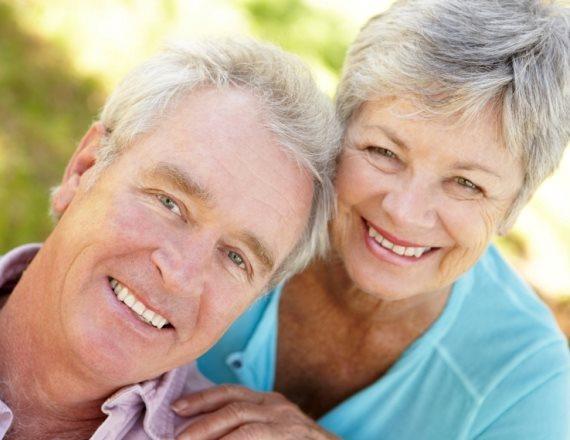 זוג קשישים שמחים