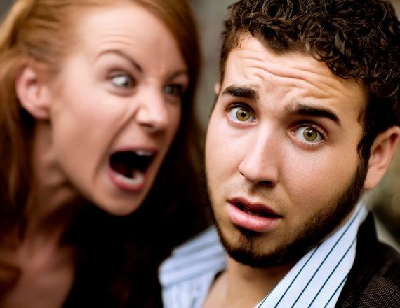 אישה צועקת על גבר