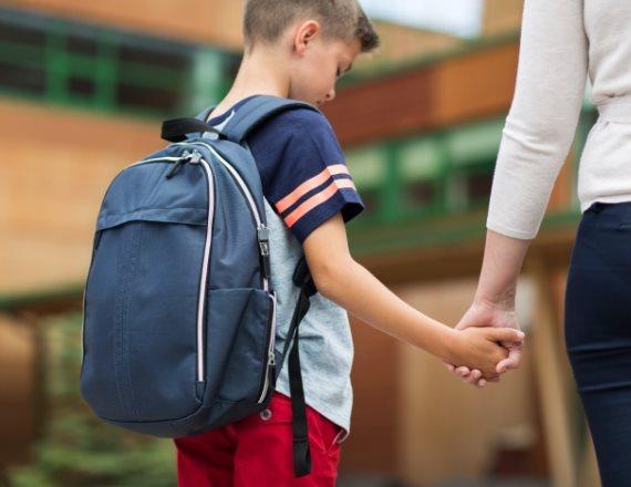 ילד בית ספר תיק גב