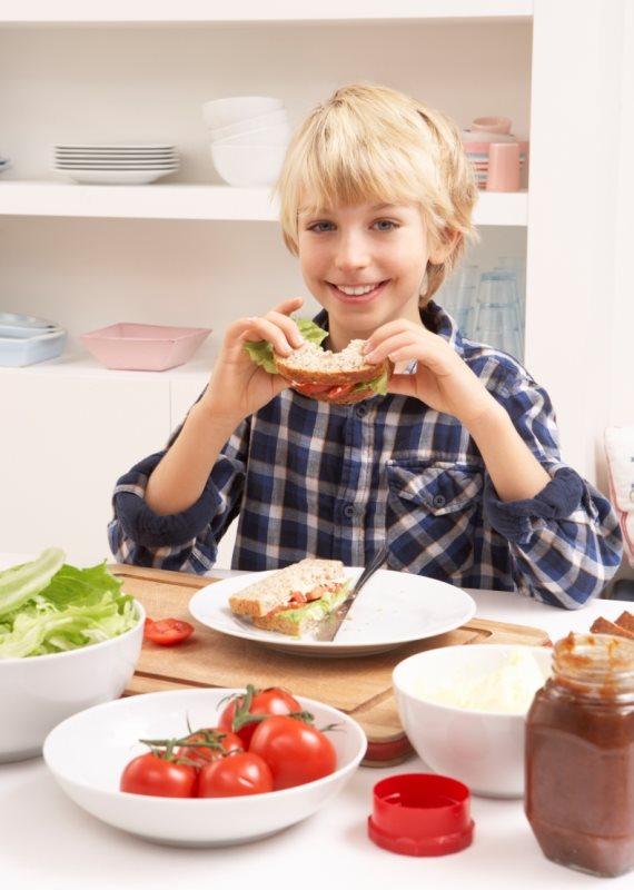 ילד אוכל סנדוויץ