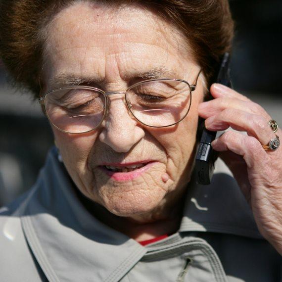 קשישה מדברת בטלפון