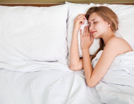 אישה במיטה בלי בן זוג