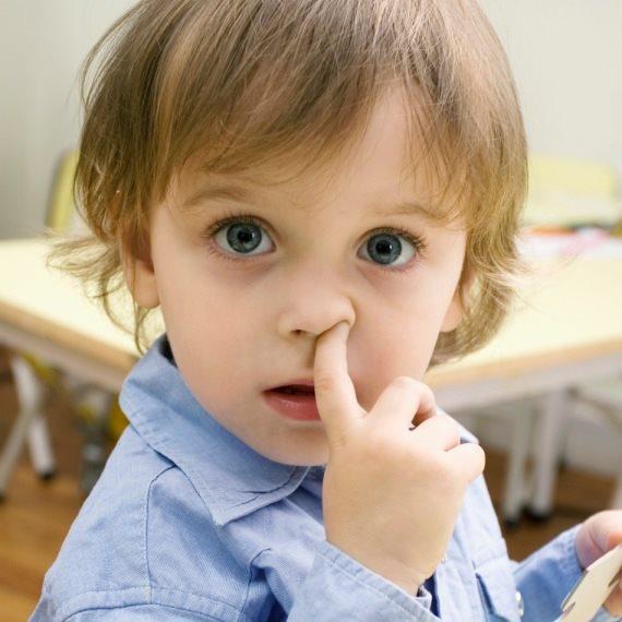 ילד מחטט באף