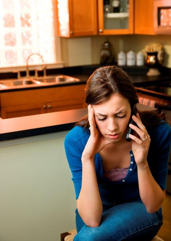 אשה כועסת בטלפון