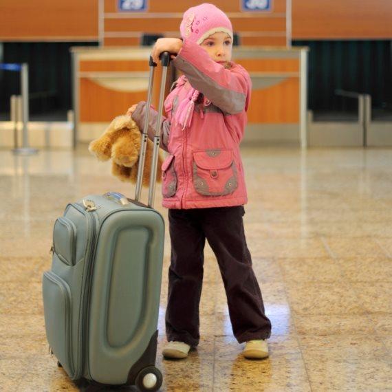 ילד עם מזוודה