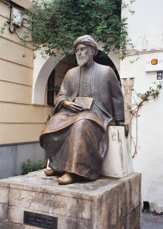 """פסל בדמותו של הרמב""""ם בספרד"""