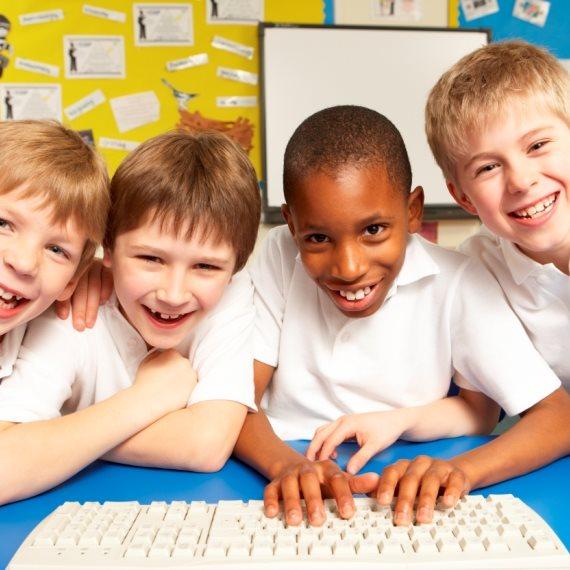 ילדים מול מחשב