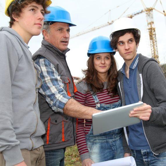 צעירים באתר בנייה