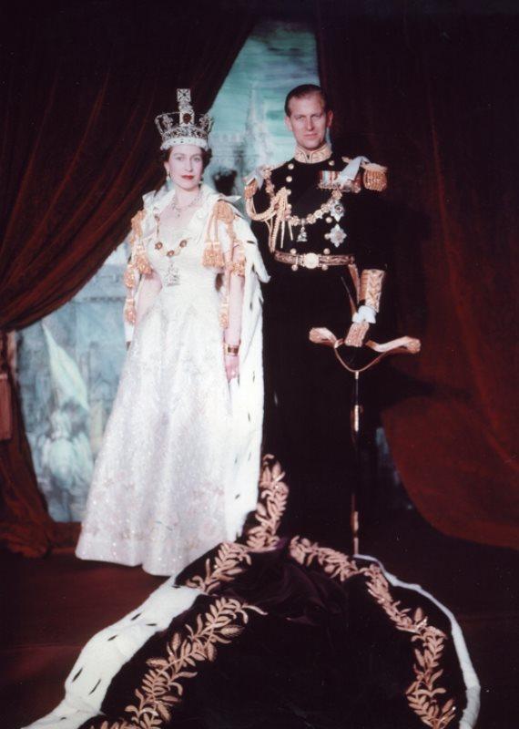 מלכת הממלכה המאוחדת אליזבת השנייה ובן זוגה הנסיך פיליפ