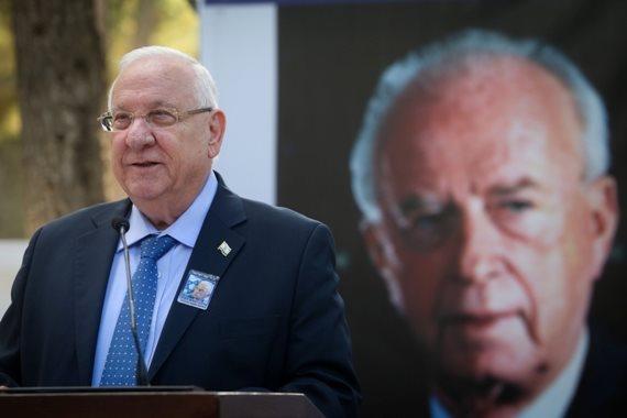 נשיא המדינה על רקע יצחק רבין
