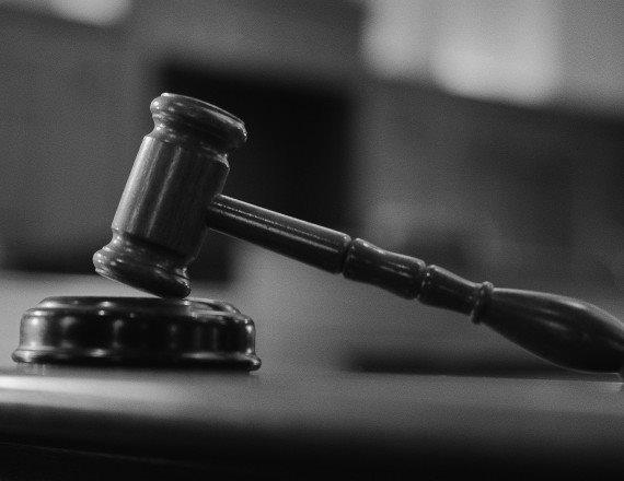 פטיש של שופט בבית משפט