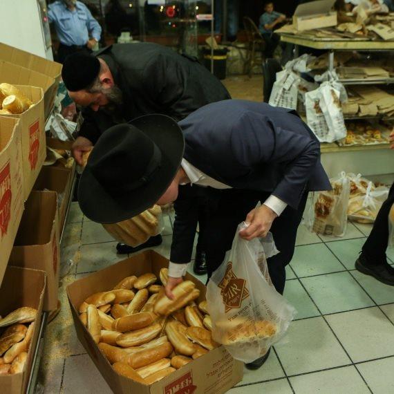 חרדים אוספים לחם