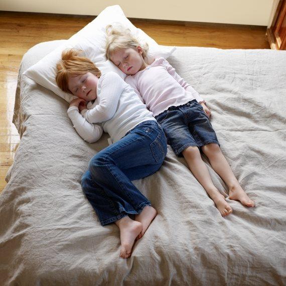 ילדים על המיטה