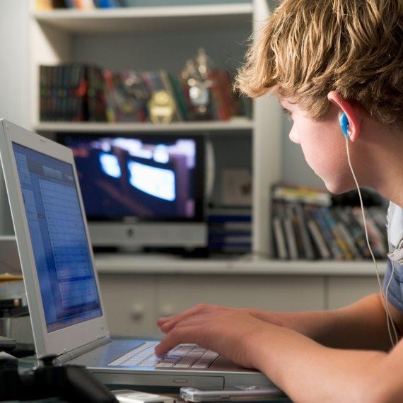 ילד משחק מחשב