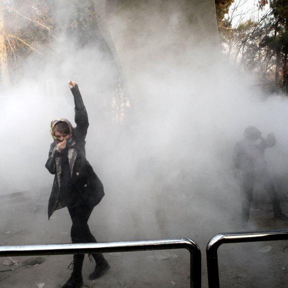 מפגינה באיראן