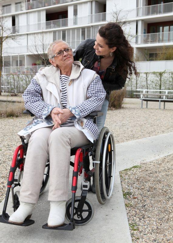 קשיש על כיסא גלגלים