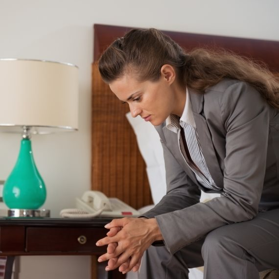 אישה שקועה במחשבות