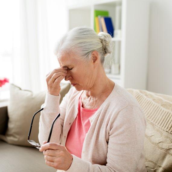 אישה זקנה סובלת מכאב ראש