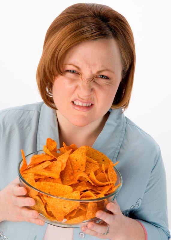 אישה אוכלת חטיפים