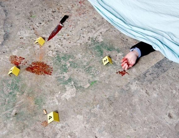 גופה מכוסה בזירת רצח