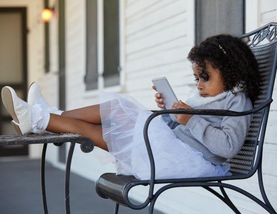 ילדה צופה בסלולר