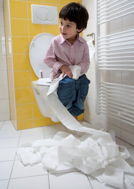 ילד בשירותים