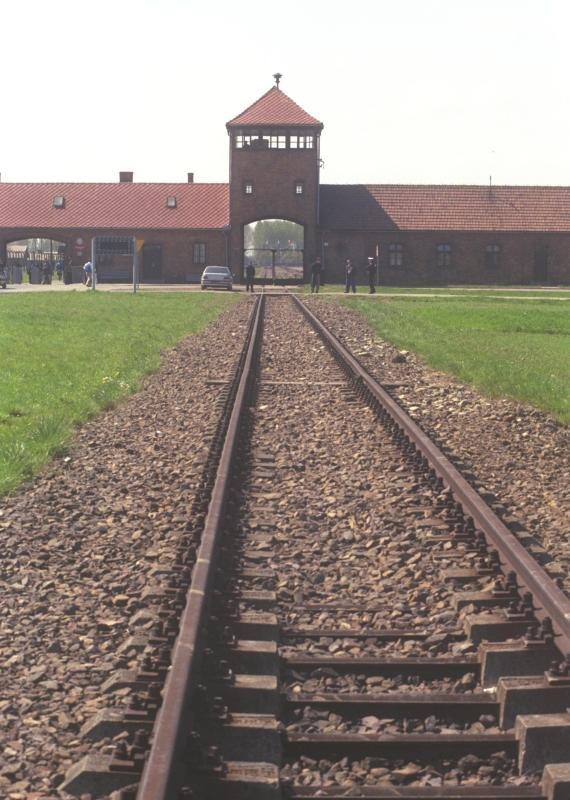 שער הכניסה למחנה ההשמדה ביקרנאו