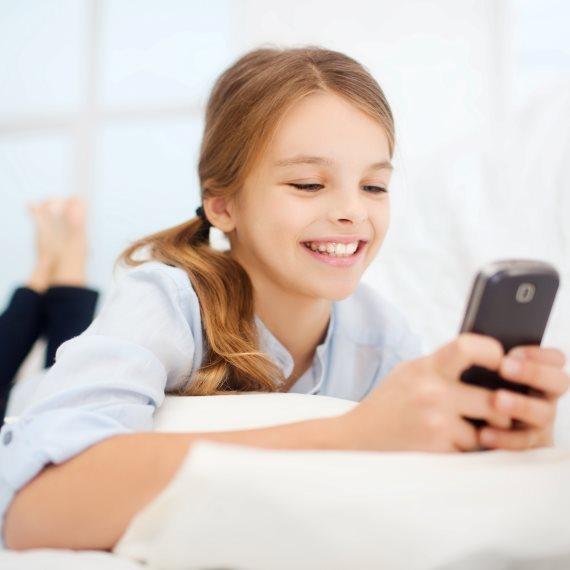 ילדה משתמשת בטלפון