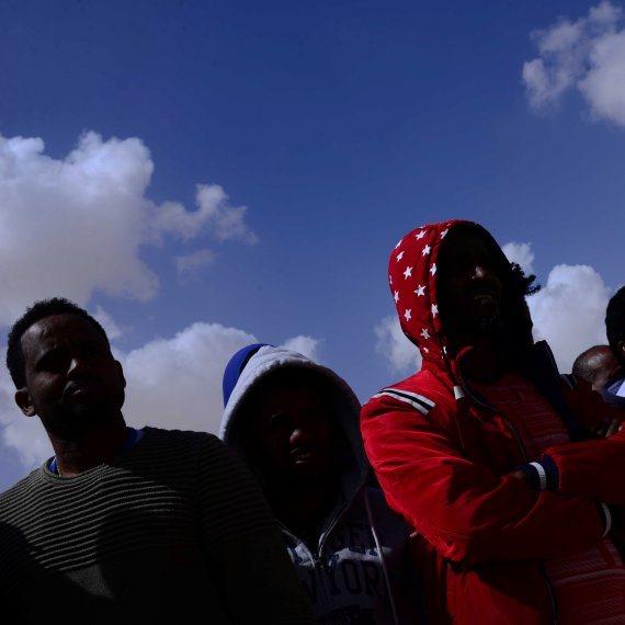 מהגרים מאפריקה במתקן חולות