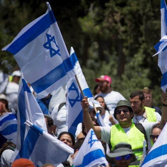 מפגינים עם דגלי ישראל - אילוסטרציה