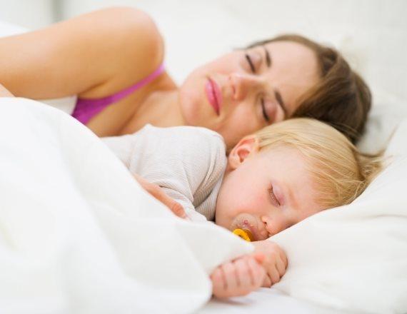 ילדה ואמא ישנות