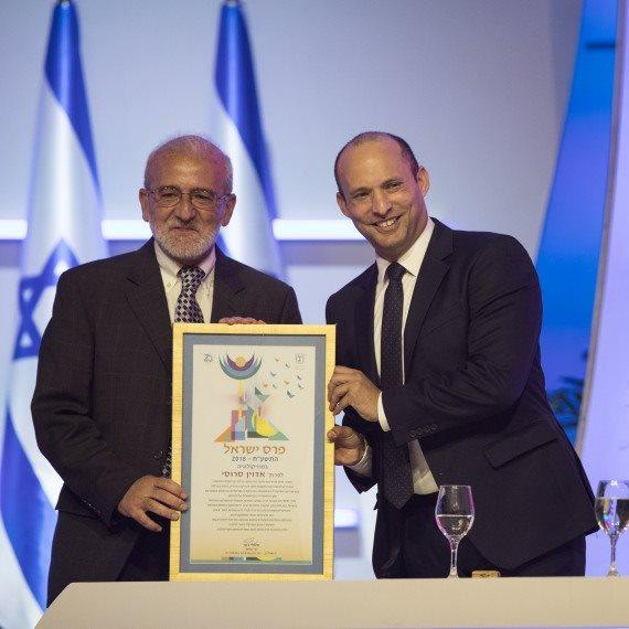 פרופ' אדווין סרוסי מקבל את פרס ישראל משר החינוך נפתלי בנט