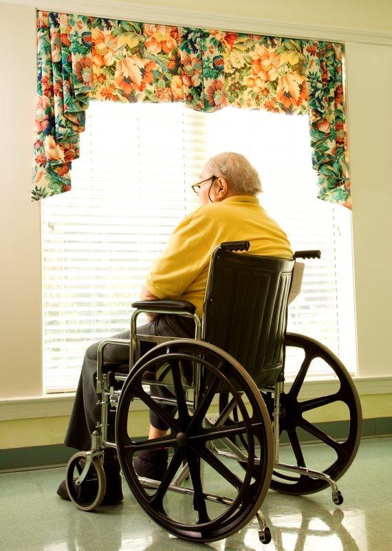 קשיש מתבונן מהחלון