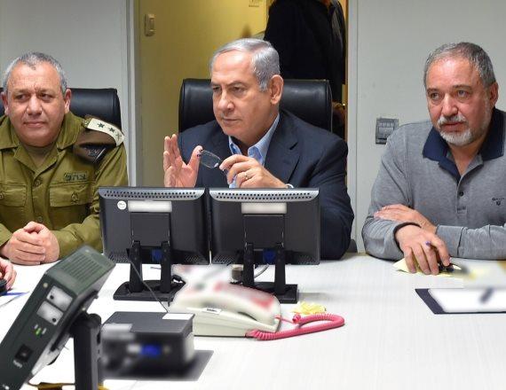 """ראש הממשלה בנימין נתניהו, שר הביטחון אביגדור ליברמן והרמטכ""""ל גדי איזנקוט"""