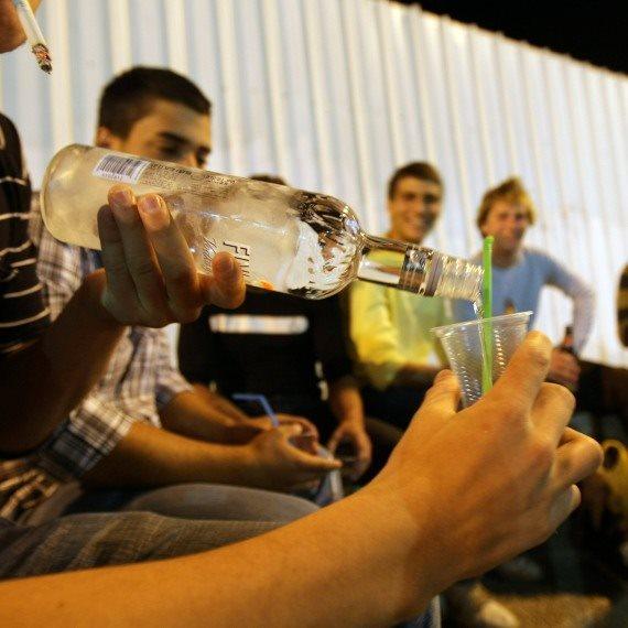 נערים שותים אלכוהול