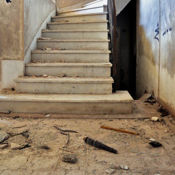רצפת בית פגומה