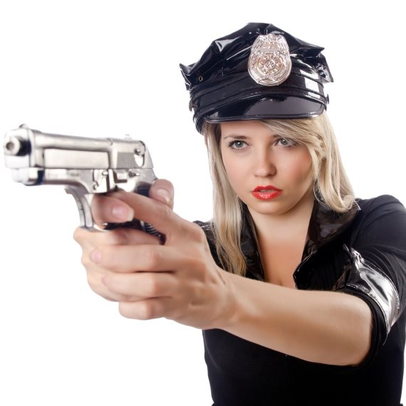 אישה עם נשק