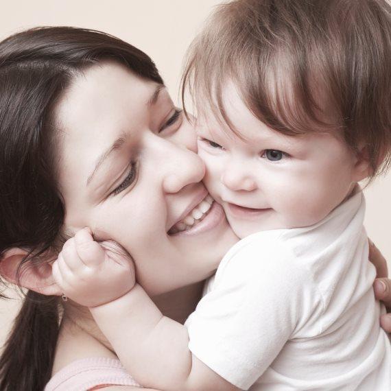 אמא מחבקת ילדה