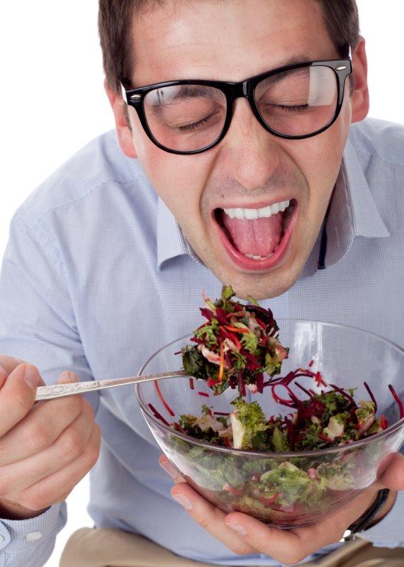 אדם אוכל סלט